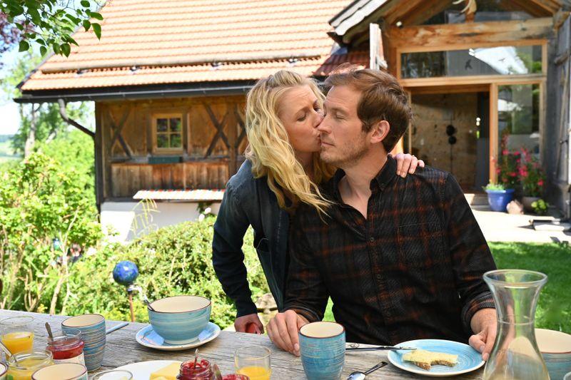 Marie Reiter (Christine Eixenberger) frühstückt mit Stefan Weingartner (Stefan Murr) am Morgen nach der Rettung der Kinder im Garten. Die beiden sind sich wieder nähergekommen.