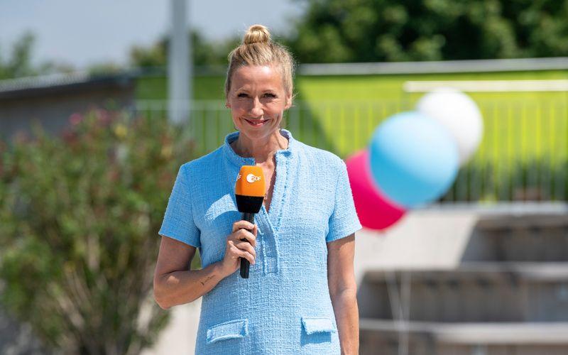 """Zwar ohne Zuschauer, aber mit jeder Menge guter Laune startet Andrea Kiewel mit dem """"ZDF-Fernsehgarten"""" am Sonntag, 9. Mai, um 12 Uhr, in die Sommersaison."""