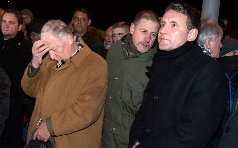 Götz Kubitschek (Mitte) gilt als zentraler Vertreter der Neuen Rechten. Zu seinen näheren Bekannten soll der AfD-Politiker Björn Höcke (rechts) zählen.