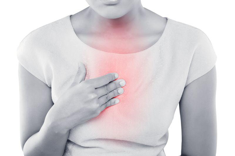 Attacke von unten: Wenn Magensäure in die Speiseröhre aufsteigt, kann das nicht nur sehr unangenehm werden, sondern sogar gefährlich. Die Schleimhaut wird dabei schmerzhaft angegriffen. Ist das häufiger der Fall, kann sie Schaden nehmen, der möglicherweise böse Folgeerkrankungen begünstigt. Man kann jedoch versuchen, Sodbrennen vorzubeugen.