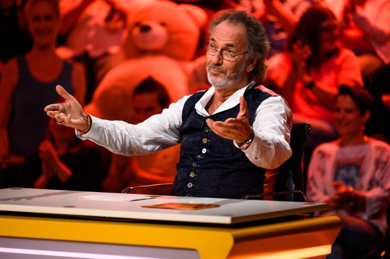 """Seit 18 Jahren führt Hugo Egon Balder durch das Comedy-Quiz """"Genial daneben"""". Über 450 Folgen wurden seither ausgestrahlt."""