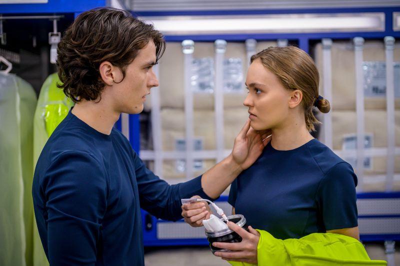 Seitdem er auf das blaue Getränk verzichtet, findet Zac (Fionn Whitehead) Gefallen an Bordärztin Sela (Lily-Rose Depp).