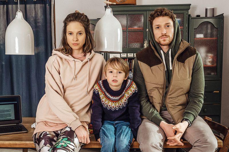 """Die Mutter einer kleinen Familie mutiert zur Corona-Verschwörungstheoretikerin - in der ZDFneo-Miniserie """"Schlafschafe"""" mit Lisa Bitter und Daniel Donskoy."""
