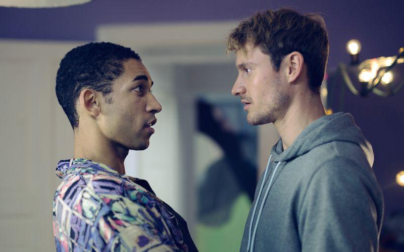 Vince (Benito Bause, links) trieb sich sonst nur auf Dating-Apps herum und war auf der Suche nach schnellem Sex. Mit Robbie (Frédéric Brossier) wagt er den Sprung in eine Beziehung.