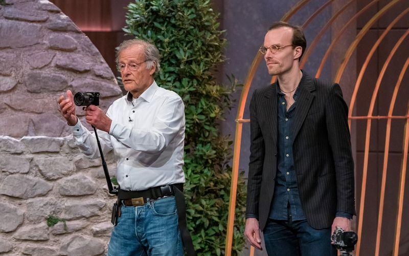 Wenn der Vater mit dem Sohne: Gert Wagner (links) hat als Fotograf die gesamte Welt bereist und sich immer für optimale Kamera-Technik stark gemacht. Vor den Löwen stellte er mit seinem Sohn Tobias, einem Film-Komponisten, eine Weltneuheit vor - ein flexibles Hüftgurt-Stativ.