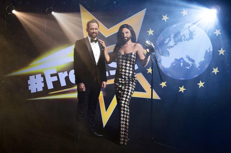 Steven Gätjen (links) und Conchita Wurst führen die Fans durch die große Musikparty.