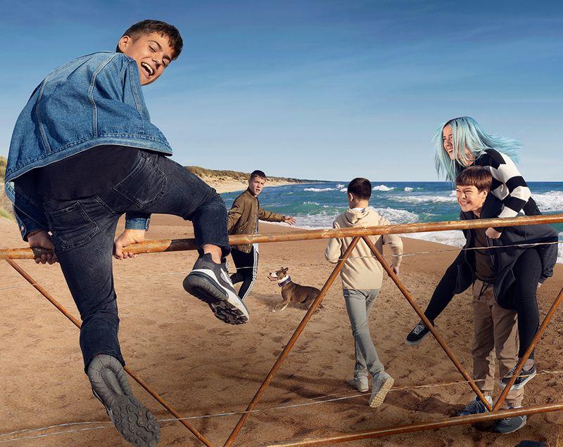 Die große Freiheit müssen sie sich einfach nehmen: Mickey (Álvaro Requena, links), Yeray (Marco Sanz, Zweiter von links), Lucas (Héctor Pérez, Mitte) und Samuel (Aitor Valadés) mit Guada (Sara Manzano) auf den Schultern fliegen quer durch Europa übers Kuckucksnest.