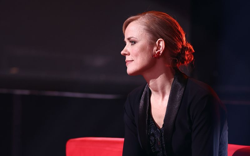 """Ilse DeLange gehörte bislang zu den großen Konstanten der aktuellen """"Let's Dance""""-Staffel, diesmal konnte sie nur herumsitzen. Die niederländische Sängerin musste verletzungsbedingt vom Sofa aus beobachten, wie die Konkurrenz glänzte und ein Sympathieträger ausschied."""