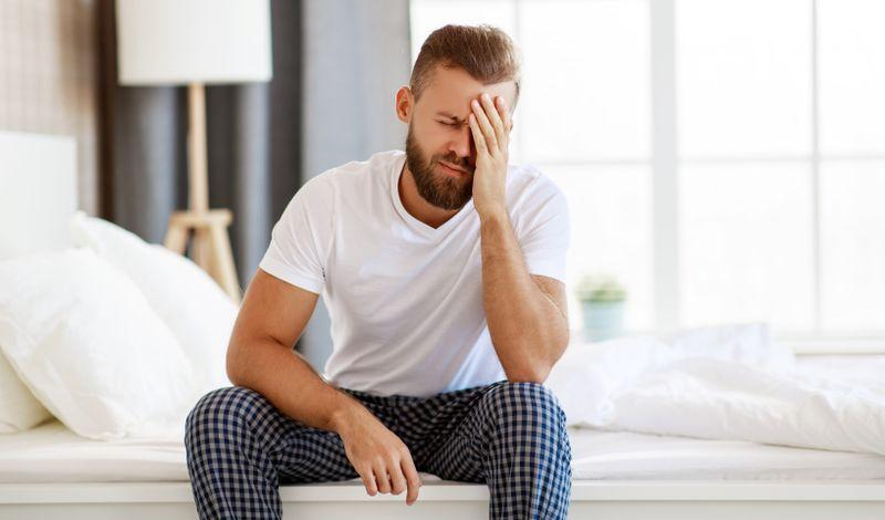 Wenn der Schlaf nachts zu kurz gekommen ist, kann der Tag sehr anstrengend werden. Es macht sich unmittelbar bemerkbar, wenn dem Körper diese Regenerationsphase fehlt. Auf lange Sicht schlägt sich der Schlafmangel nicht nur auf Leistung und Laune nieder, sondern auch auf die Gesundheit. Mit ein paar Selbsthilfe-Tricks können Sie versuchen, wieder leichter in den Schlaf zu finden.