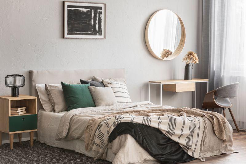 Bei der Gestaltung der Schlafumgebung fängt es an. Sorgen Sie im Schlafzimmer für eine Atmosphäre, in der Sie gut entspannen können. Herumliegende Kleidungsstücke oder noch zu bearbeitende Papierstapel sind dabei eher hinderlich - ruhige Musik und ein Wellness-Duft dagegen vielleicht hilfreich.