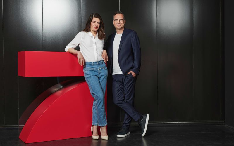 """Die rote Sieben ist Linda Zervakis neue Senderheimat. Gemeinsam mit Matthias Opdenhövel wird sie bald das Live-Journal """"Zervakis & Opdenhövel. Live"""" moderieren und sich an die ganz großen Themen wagen."""