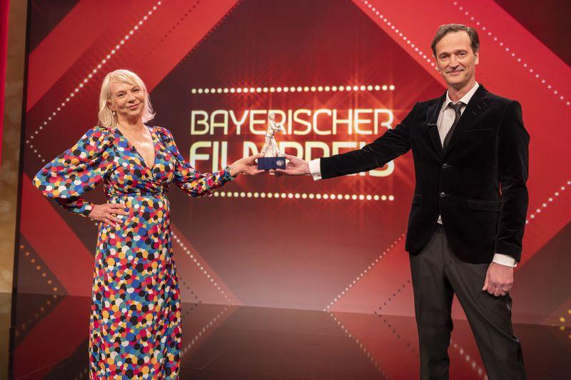 """Den Publikumspreis des Jahrzehnts erhielt der Eberhofer-Krimi """"Leberkäsjunkie"""": Rita Falk (Buchautorin) Ed Herzog (Regie und Drehbuch) nahmen die Auszeichnung entgegen."""
