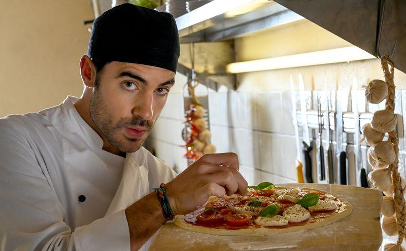 Als Luca Rossi (Giovanni Funiati) in seine Heimat zurückkehrt, will er eigentlich nur die Familien-Pizzeria wieder auf Vordermann bringen.