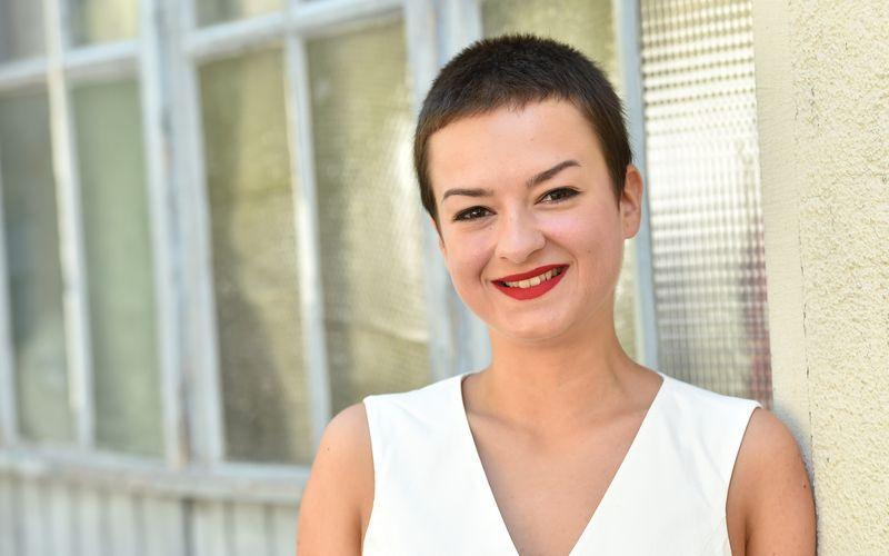 """Bereits mit 18 erhielt Michelle Barthel den Grimme-Preis für ihre Darstellung im Sozialdrama """"Keine Angst"""". Trotzdem ruht sich die 27-Jährige nicht auf der Auszeichnung aus, wie sie im Interview erklärt: """"Es gibt viele spannende Herangehensweisen, die man von seinen Kolleginnen und Kollegen lernen kann, deswegen bin ich immer neugierig."""""""