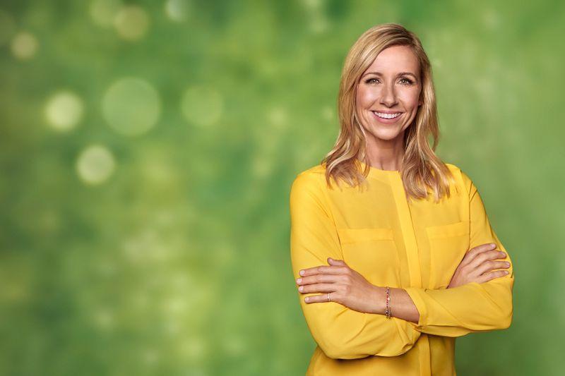 """Andrea Kiewel wurde am 10. Juni 1965 in Ost-Berlin geboren. Nach ihrem Abitur studierte sie zunächst Lehramt und arbeitete bis 1991 an einer Schule. Im Juli 1990 begann sie ihre Karriere als Moderatorin. Seit 2001 moderiert sie, mit einer Unterbrechung, den """"ZDF-Fernsehgarten""""."""