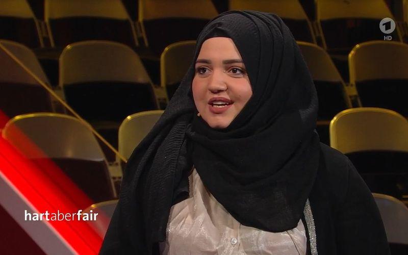 """Seit einem Jahr kümmert sich Hanan um das Homeschooling ihrer jüngeren Geschwister. Sie selbst träumt davon, ihr Abitur zu machen und Medizin zu studieren: """"Wenn wir weiterhin in dieser Situation sind, werde ich das nicht schaffen"""", erklärte die 19-Jährige bei """"Hart aber fair""""."""