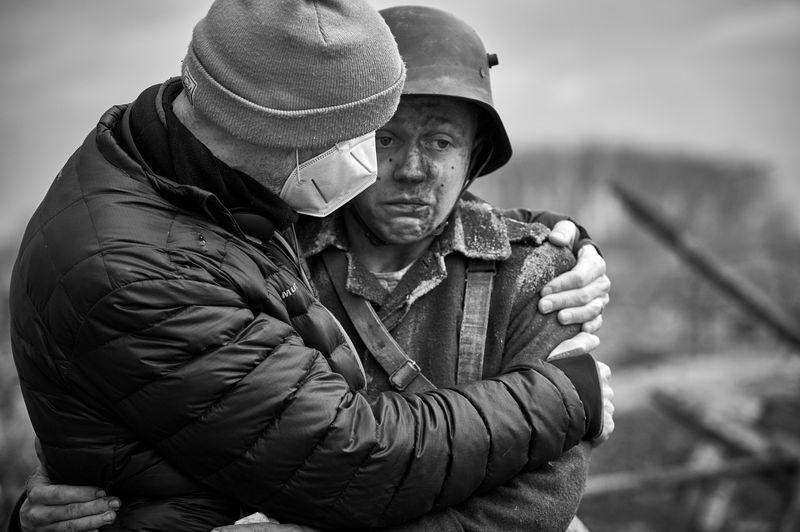 """Felix Kammerer (rechts) geht während der Dreharbeiten zu """"Im Westen nichts Neues"""" an seine Grenzen."""