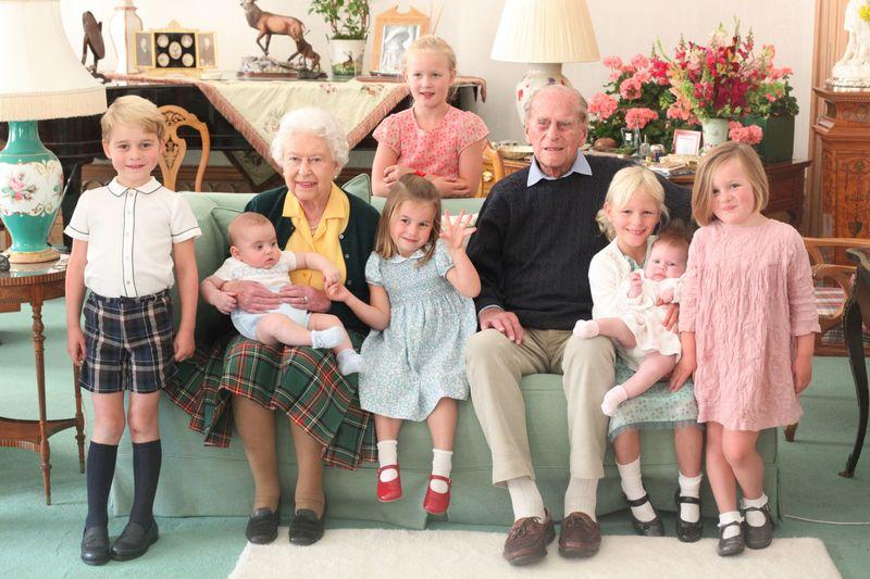 Das Bild, das der Buckingham Palace vor Kurzem veröffentlichte, stammt aus dem Jahr 2018, zeigt aber fast alle Urenkel der Queen: Wenn Meghan dieses Jahr ihre Tochter zur Welt bringt, wird Elisabeth II. bereits zum elften Mal Urgroßmutter. Kennen Sie alle Nachfahren?