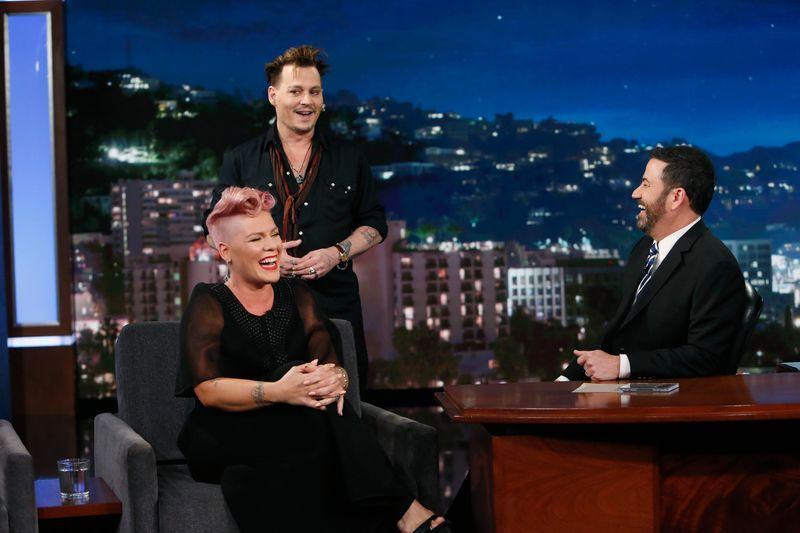 """Auch wenn sie lachte, so richtig geheuer war es Popstar Pink nicht, als sie 2016 in der Talkshow von Jimmy Kimmel (rechts) von ihrem Idol Johnny Depp überrascht wurde: """"Das war der schlimmste Tag meines Lebens"""", stöhnte sie, nachdem der """"Fluch der Karibik""""-Star die Bühne wieder verlassen hatte."""