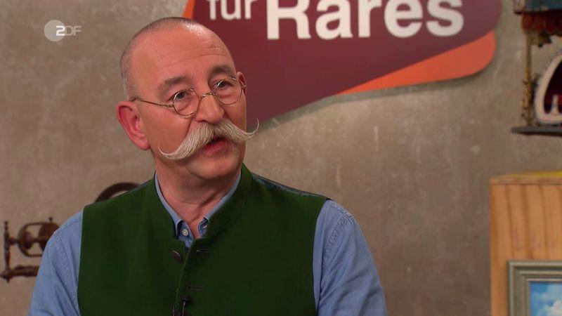 """Verkäufer Daniel Wruß aus Lübbecke wollte in der Mittwochsausgabe der ZDF-Trödelshow """"Bares für Rares"""" ein kleines Vermögen für seine Figur. Der Erlös sollte in jenen Garten fließen, in dem er die völlig überwucherte Statue auch entdeckt hatte: beim Fällen zweier Lebensbäume. Die Geschichte fand Horst Lichter schon mal """"cool"""", doch was sagte die Expertin zum Wucher-Wunschpreis?"""