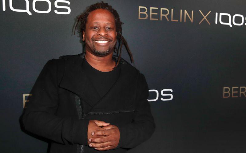 """Der ehemalige VIVA-Moderator Mola Adebisi wird gemeinsam mit seiner Partnerin beim """"Sommerhaus der Stars"""" antreten."""