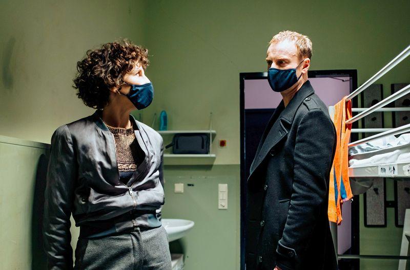 """Endlich mal ein Pandemie-""""Tatort"""": Die Berliner Kommissare Rubin (Meret Becker) und Karow (Mark Waschke) ermitteln in """"Die dritte Haut"""" mit Maske. Der dokumentarisch angehauchte Krimi erzählt vom Verschwinden bezahlbaren Wohnraums in den Metropolen."""
