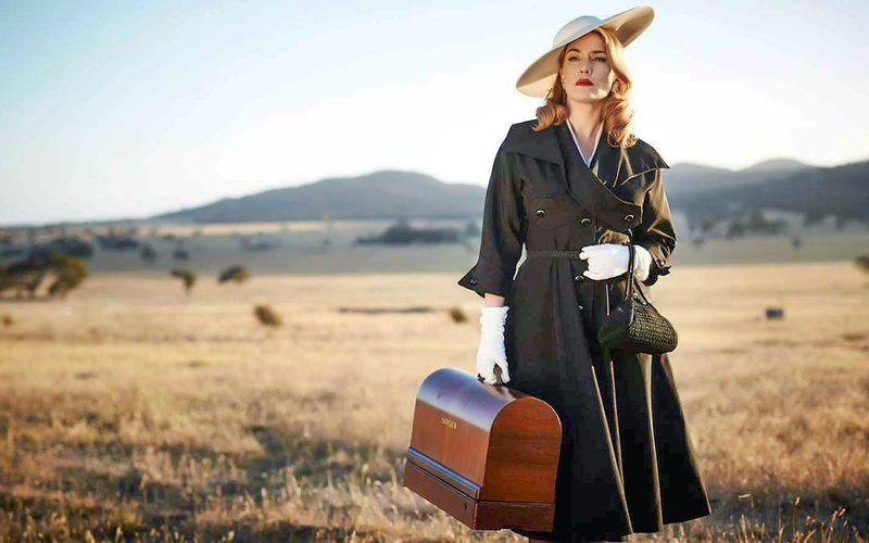 """Nach Jahren kehrt Myrtle """"Tilly"""" Dunnage (Kate Winslet) in ihr Heimatdorf zurück, bewaffnet mit einer Nähmaschine."""
