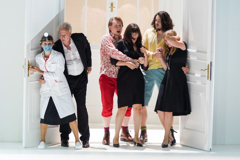 Tuirbulent geht's zu im Salzburger Festspielhaus. Von links: Lea Desandre (Despina), Johannes Martin Kränzle (Don Alfonso), Bogdan Volkov (Ferrando), Marianne Crebassa (Dorabella), Andrè Schuen (Guglielmo) und Elsa Dreisig (Fiordiligi).