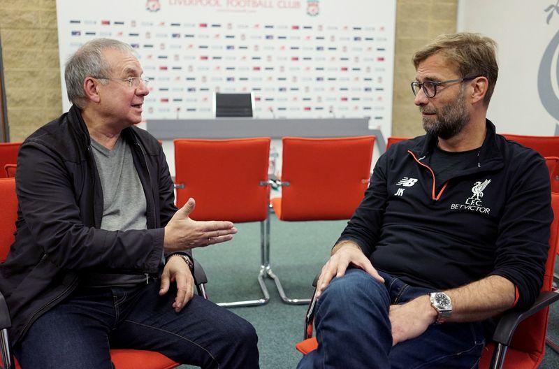 """Wie kam ein Musical-Song vom Broadway ins Stadion nach Liverpool? Joachim Król (links) im Gespräch mit Trainer Jürgen Klopp über die Geschichte des Kultsongs """"You'll Never Walk Alone""""."""