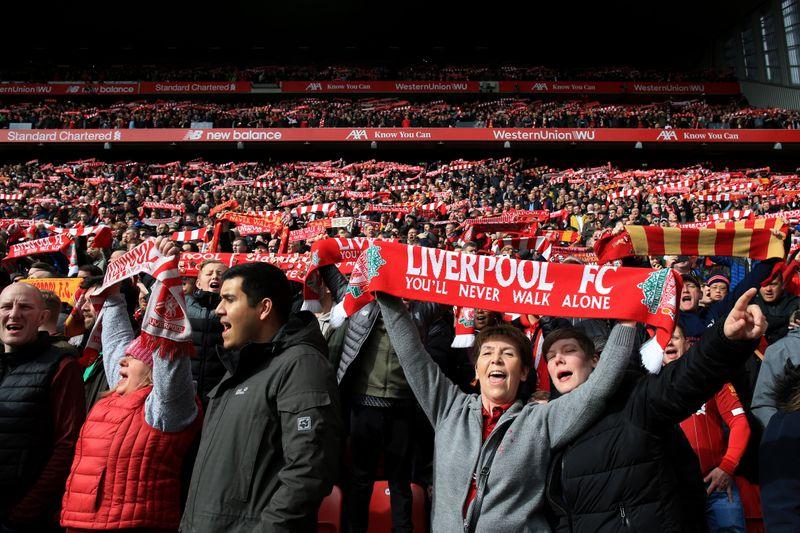 """""""Walk on, walk on, with hope in your heart. And you'll never walk alone ..."""": Fans des FC Liverpool skandieren einmal mehr ihren ureigenen Welthit."""