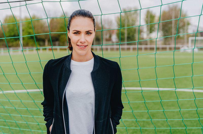 Mehr als zehn Jahre arbeitete sie für Sky. Zur Fußball-EM beginnt sie ihren neuen Job bei der ARD: Sportjournalistin Esther Sedlaczek spricht über das professionelle Verbergen der eigenen Fanseele und auch darüber, wie sich der Fußball durch Corona verändert hat.