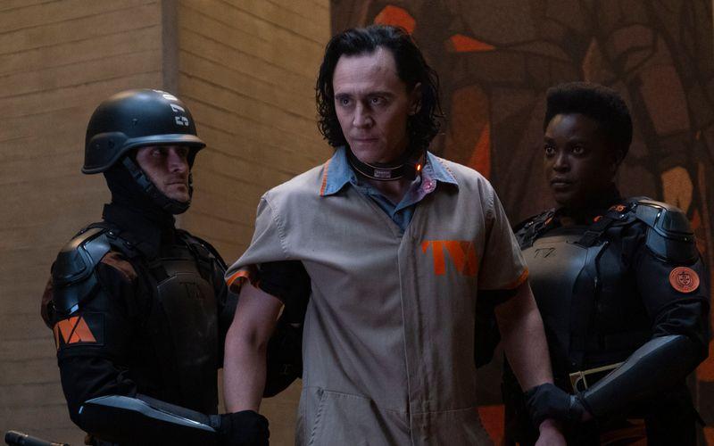 Loki (Tom Hiddleston, Mitte) kehrt von den Toten zurück.