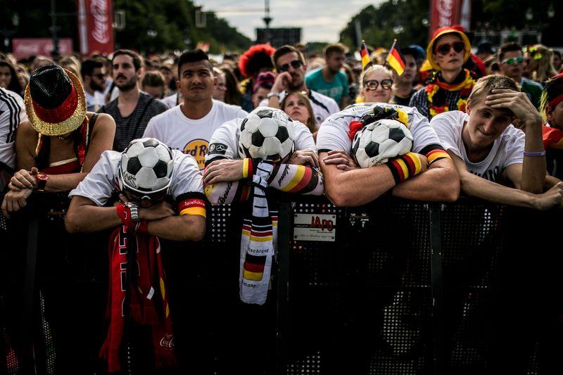 Da hingen die Köpfe: Deutschland schied bei der WM 2018 in Russland schon in der Vorrunde aus. Ihren Fanmeilen-Besuch werden alle, die damals in Berlin dabei waren, trotz der bitteren Erfahrungen niemals vergessen. Public Viewing ist eine kollektive Erfahrung, die dem Einzelnen und vermutlich auch der Gesellschaft gut tut. Was wird diesmal, bei der EURO 2021, möglich sein?