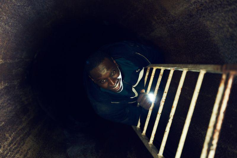 Um das Licht zu sehen, muss man sich manchmal in der Dunkelheit ziemlich gut auskennen: Assane Diop (Omar Sy) kennt die Katakomben von Paris wie seine Westentasche.