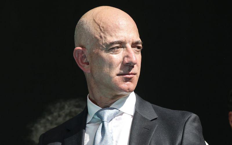 "Jeff Bezos blickt wohlwollend auf Amazons ""New World""."