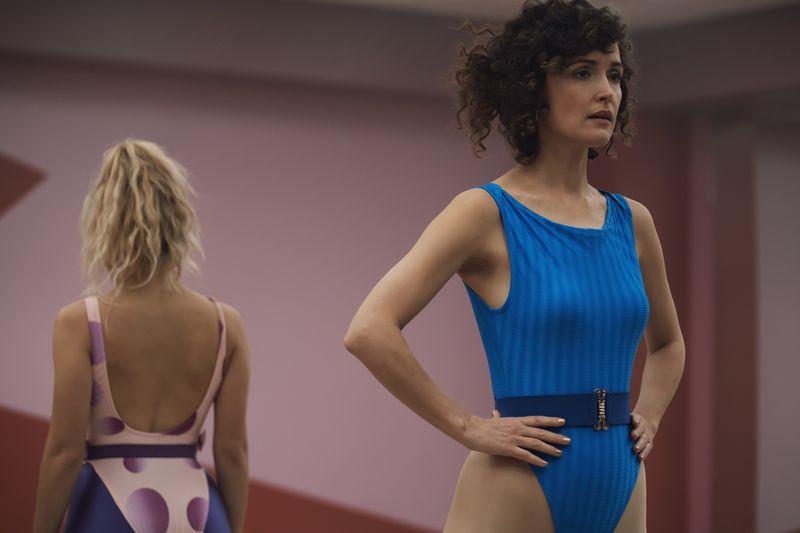 """Schauspielerin Rose Byrne als Aerobic-Unternehmerin Sheila Rubin in """"Physical"""". In fantastisch akkurater 80-er-Jahre-Optik erzählt die zehnteilige Apple-Dramedy die Verwandlung einer frustrierten Hausfrau zur schillernden """"Influencerin"""" eines kalifornischen Lifestyle-Trends."""