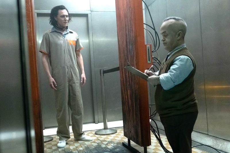 Nach seiner Flucht mit dem Tesserakt imJahr 2012 wird Loki (Tom Hiddleston, links) von der Time Variance Authority verhaftet und erstmal gründlich durchgecheckt.