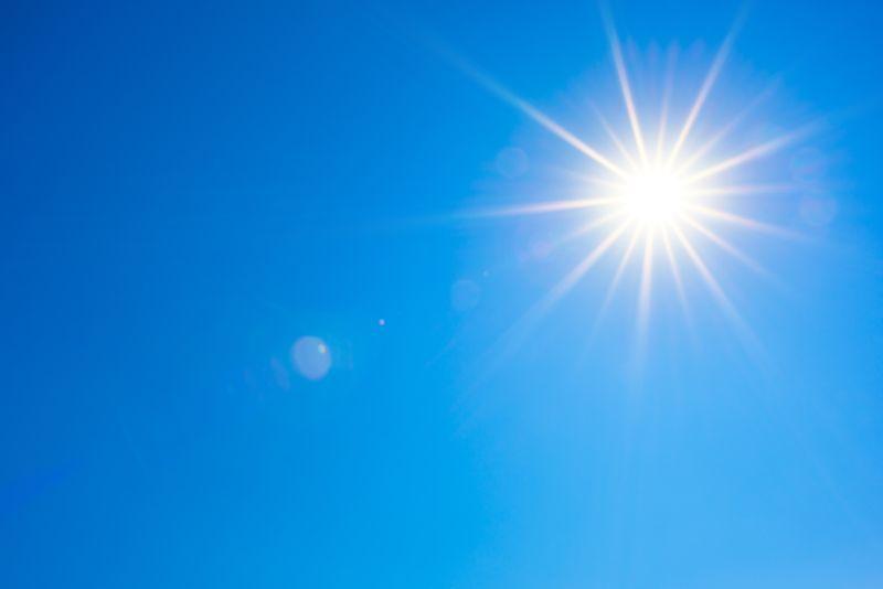 Welche Wohltat, endlich mal wieder das Gesicht in die Sonne zu halten! Ihre Strahlen wärmen Körper und Seele. Das brauchen wir, um gesund zu bleiben. Allerdings können wir uns ihnen nur für kurze Zeit aussetzen, ehe sie auch ihre ungesunde Wirkung entfalten. Dagegen müssen wir uns schützen.