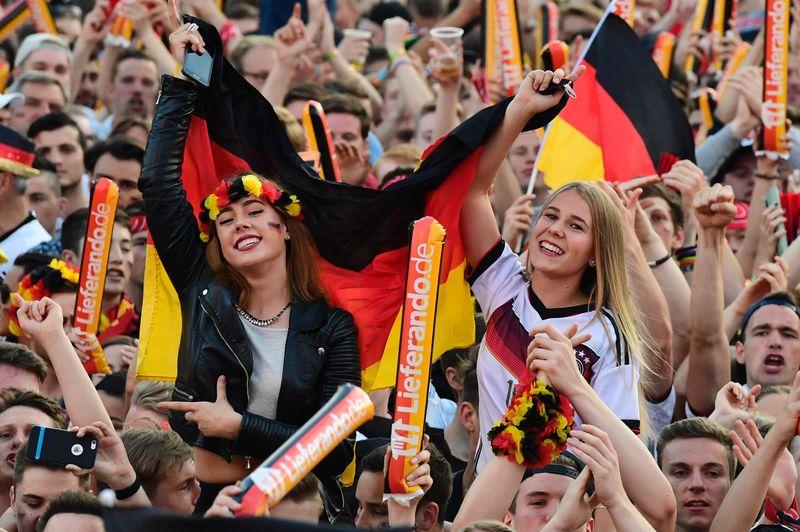 Die ganze Fanmeilen-Glückseligkeit in einem Bild: So war das beim Public-Viewing in Berlin zur EM 2016. Diesmal wird es solche Massenveranstaltungen nicht geben.
