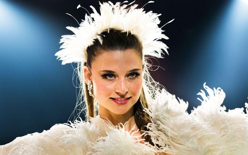 Chris (Svenja Jung) darf erstmals ein Solo auf der großen Bühne des Friedrichstadt-Palastes tanzen.