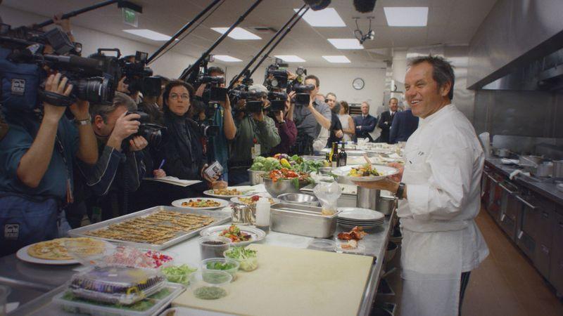 Wolfgang Puck (rechts) liebt die Aufmerksamkeit - und die Medien lieben ihn. Er kultivierte als einer der ersten die Starrolle in TV-Kochsendungen.