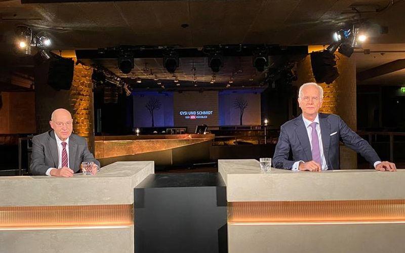 """In """"Gysi & Schmidt: Der ntv Rückblick"""" verteilen Linken-Politiker Gregor Gysi (links) und Moderator Harald Schmidt den ein oder anderen Seitenhieb."""