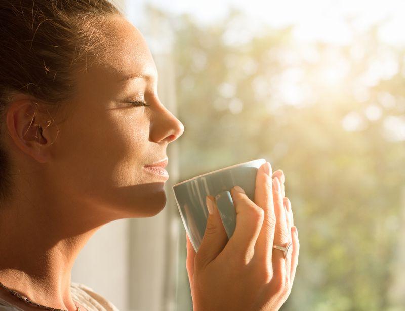 Sonne macht gute Laune, denn mithilfe von Sonnenlicht entwickelt der Körper mehr Serotonin, den glücklich machenden Botenstoff. Sonne erhält auch die Gesundheit, indem sie dem Körper hilft, Vitamin D herzustellen. Das trägt unter anderem zur Stabilisierung der Zähne, der Knochen und insbesondere des Immunsystems bei. 15 Minuten täglich an der Sonne sind schon ausreichend dafür.