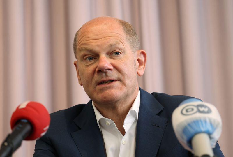 SPD-Spitzenkandidat Olaf Scholz kommt mit einem Durchschnittswert von 0,9 in der Beurteilung von Sympathie und Leistung deutlich besser weg als Baerbock mit minus 0,2.