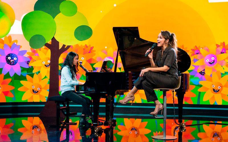 """Düsterer Text vor kunterbunt-strahlender Kulisse: Carolin Kebekus (rechts) und Mai Thi Nguyen-Kim performten in der """"Carolin Kebekus Show"""" ein Lied über die Gefahren des Lebens."""