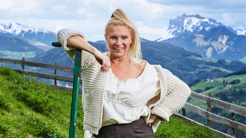 """Magdalena Brzeska wagt sich auf """"Die Alm""""."""
