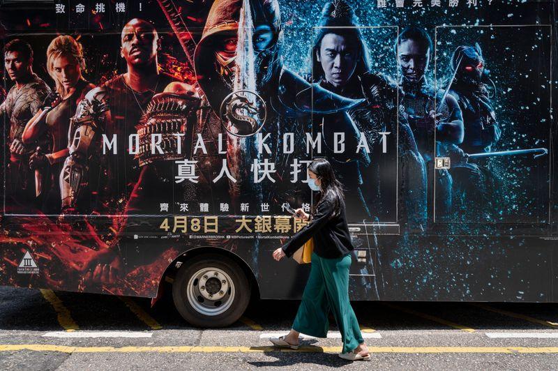 """Werbung für den neuen """"Mortal Kombat""""-Film auf einem Bus in Hongkong: In der Millionenmetropole unterdrückt Peking die Meinungs- und Kunstfreiheit."""