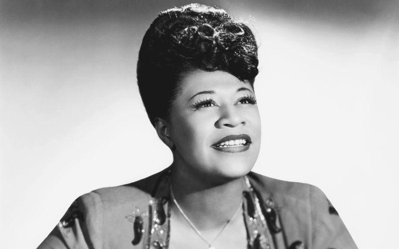 Sie hatte Soul - schon lange bevor man das Genre überhaupt so nannte: Ella Fitzgerald, deren Todestag sich am 15. Juni zum 25. Mal jährt, ist unbestritten eine der größten Stimmen aller Zeiten. Auf welchem Platz sie in unserem höchst subjektiven Ranking der größten Soul-Diven aller Zeiten landet? Die Galerie zeigt's!