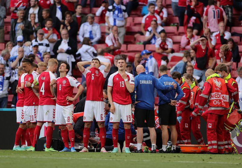 Dänemarks Spieler bildeten einen Kreis zum Sichtschutz, während ihr kollabierter Mitspieler Christian Eriksen um sein Leben kämpfte.