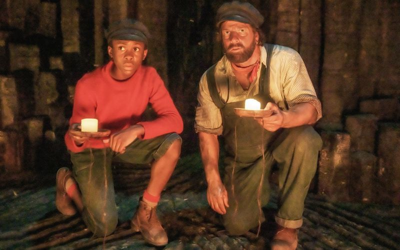 Jim (Solomon Gordon, links) und Lukas (Henning Baum) machen sich auf eine abenteuerliche Reise.
